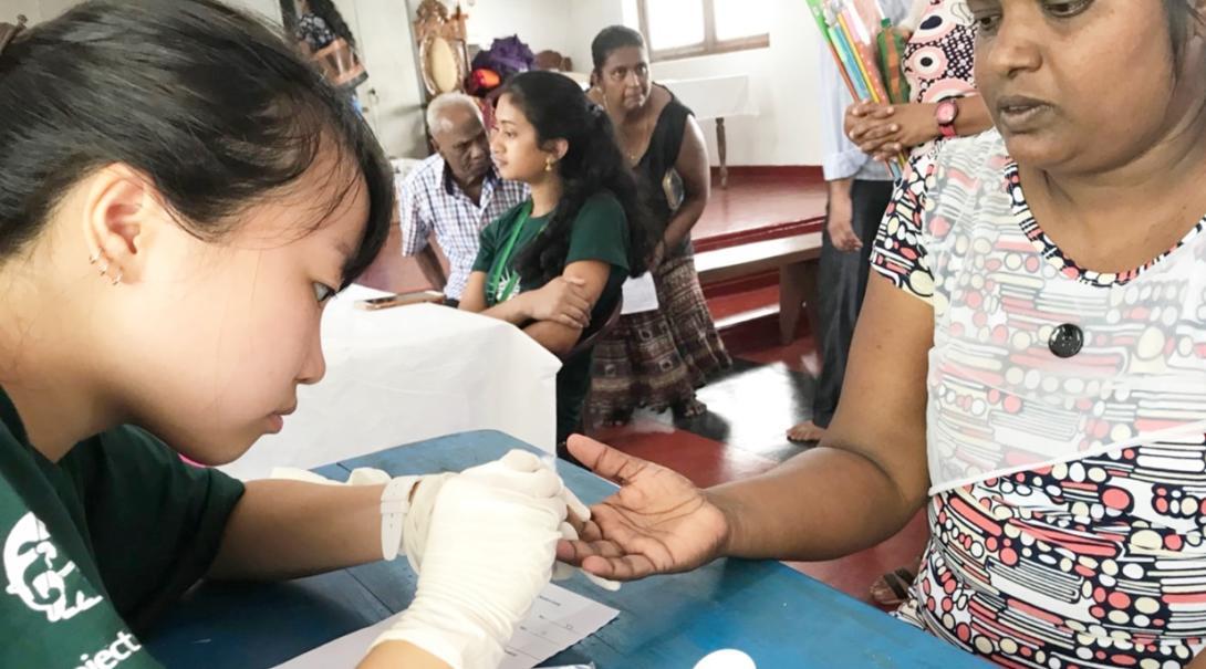 スリランカの地域各所で健康診断をアシストする日本人高校生ボランティア